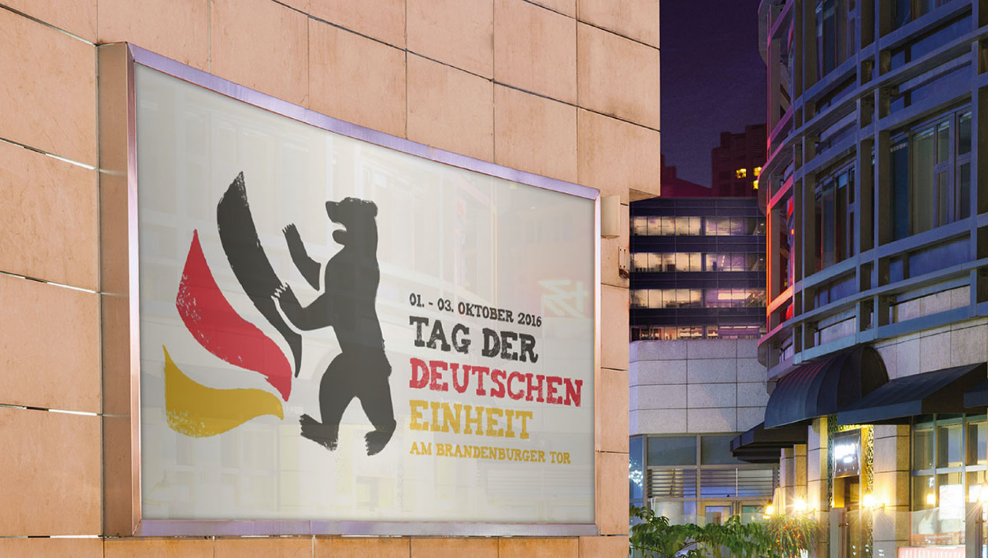 Ein Foto zum Tag der deutschen Einheit 2016: Abgebildet ist ein Werbeplakat an einer Wand in der Innenstadt Berlins. Auf dem Werbeplakat ist das Logo vom Tag der deutschen Einheit 2016 zu sehen, sowie die Eckdaten der Veranstaltung.