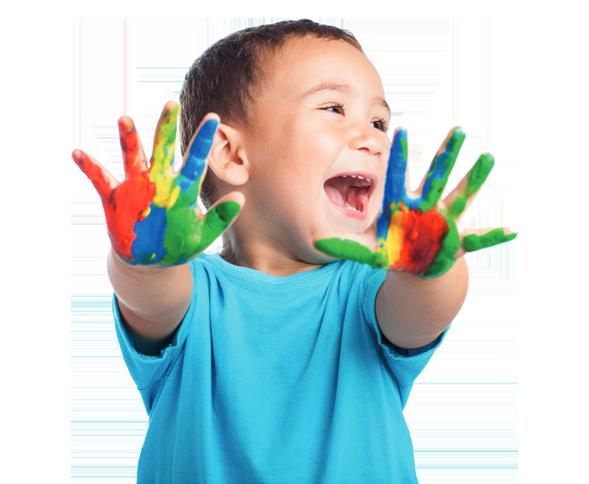 Das Logo für Begabtes Berlin: Ein lachendes, fotografiertes Kind streckt seine Hände in Richtung des Betrachters, während es von sich nach links schaut. Die Hände des Kindes sind mit bunten Ölfarben bedeckt. Der Hintergrund ist transparent.