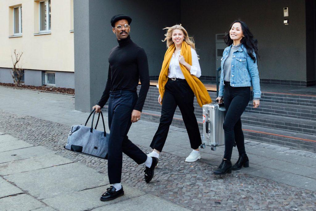 Behind the Scenes Aufnahme von einem Fotoshooting im a&o Hostel mit drei Gästen verschiedener Nationalitäten bei der Abreise.