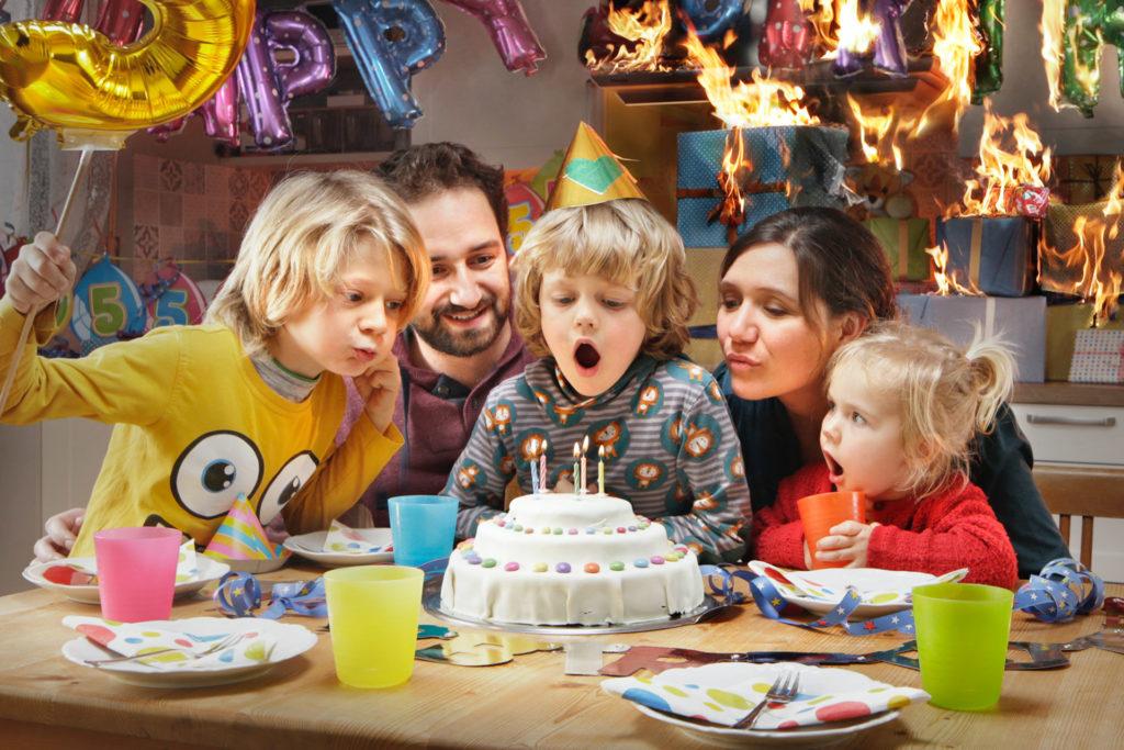 Foto zur Berliner Sparkasse: Abgebildet ist eine Familie, die den Geburtstag eines Kindes feiern, während im Hintergrund die Geschenke feuer gefangen haben.
