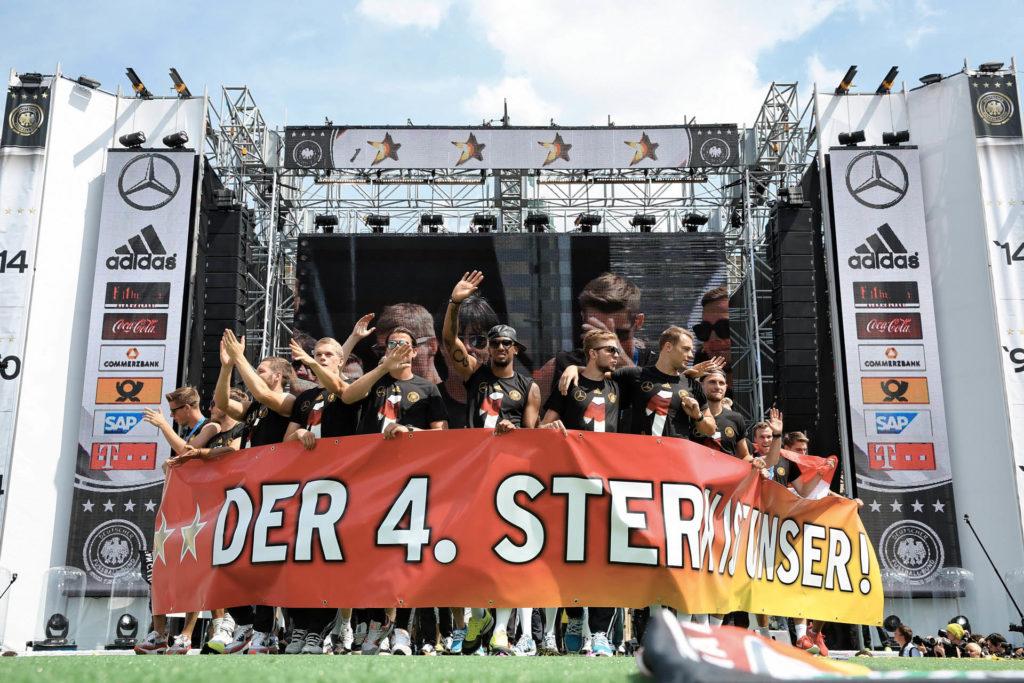Deutsche Fußball Nationalmannschaft bei ihrem WM-Sieg mit einem Banner.