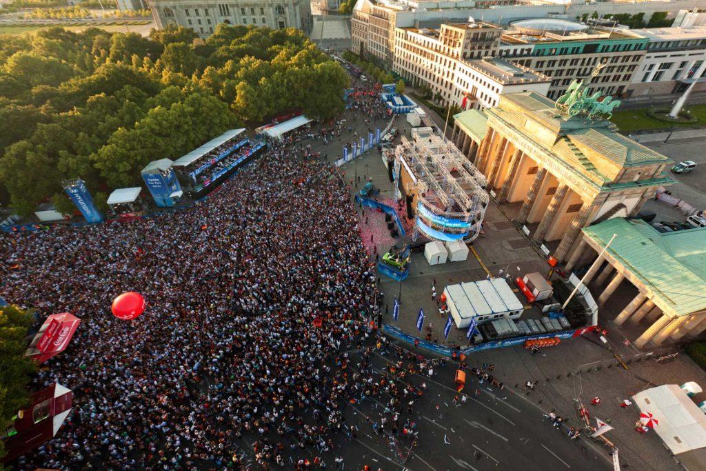 Menschenmasse von oben vor dem Brandenburger Tor in Berlin bei dem Event Die Meile.