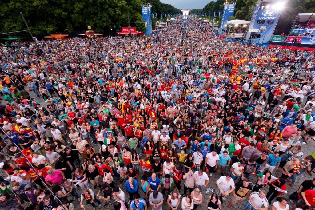 """Menschenmasse beim Event """"Die Meile"""" zur Fußball-Meisterschaft."""