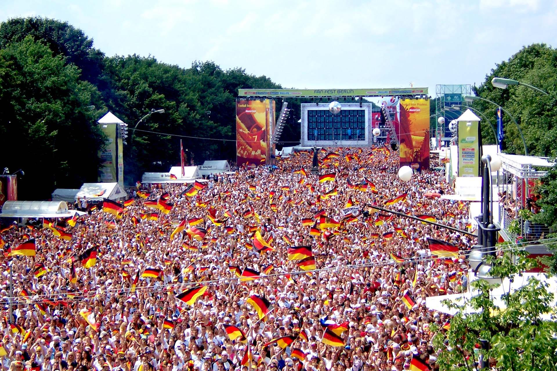 """Menschenmasse mit Deutschland-Flaggen beim Event """"Die Meile"""" zur Fußball-Meisterschaft."""