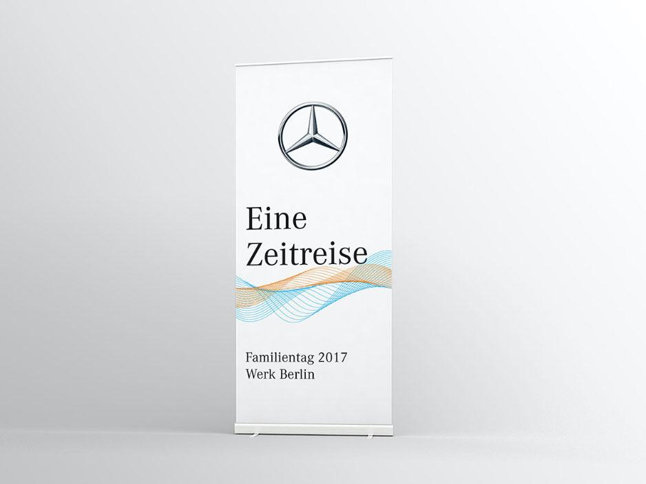 """Mockup von einem Roll-Up-Banner für ein Mercedes-Benz Event auf weißem Hintergrund mit dem Mercedes-Logo und dem Schriftzug """"Eine Zeitreise""""."""