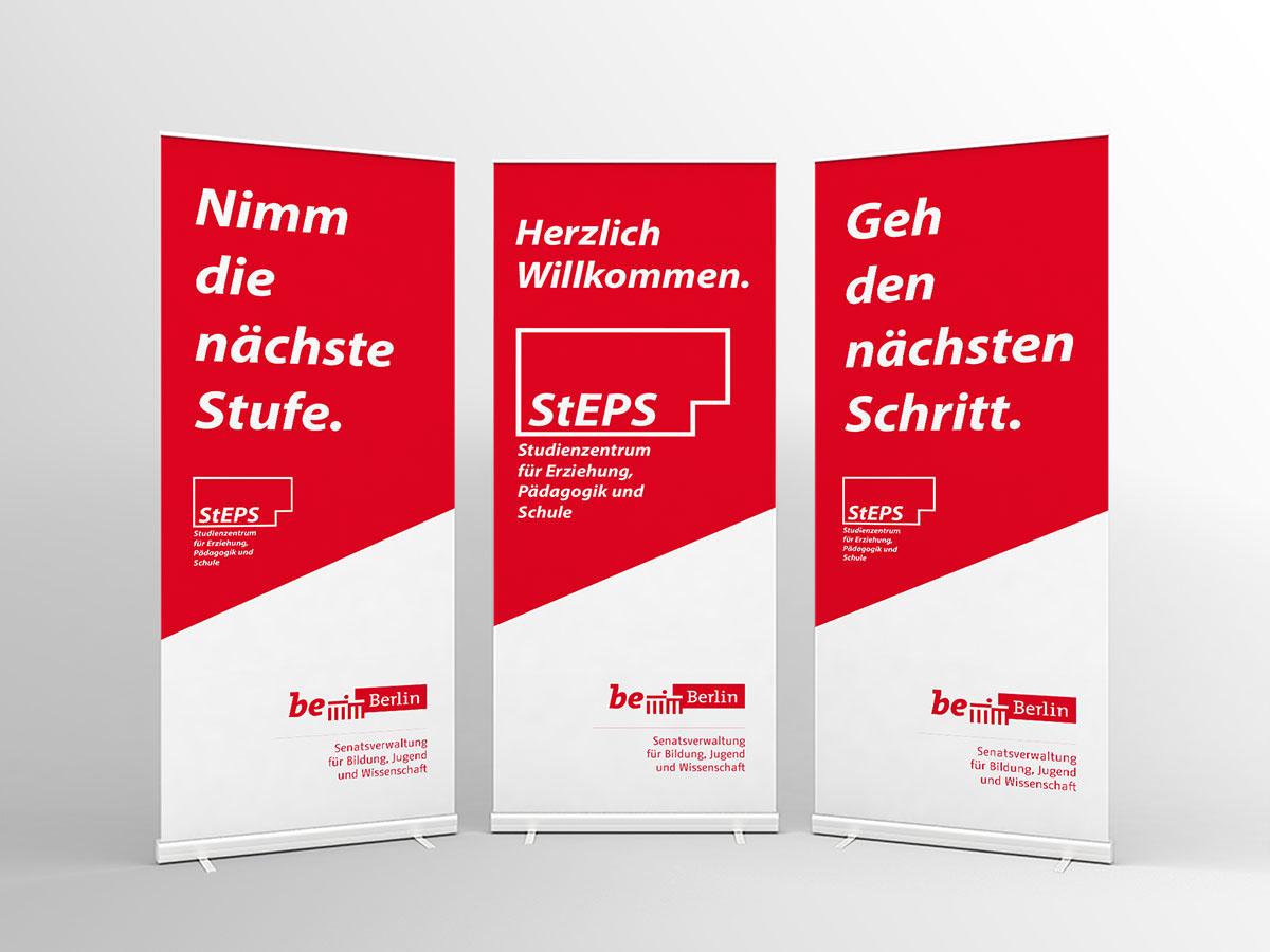 Ein Foto für StEPS: Abgebildet sind drei Werbeplakate mit verschiedenen Slogans für die Veranstaltung.