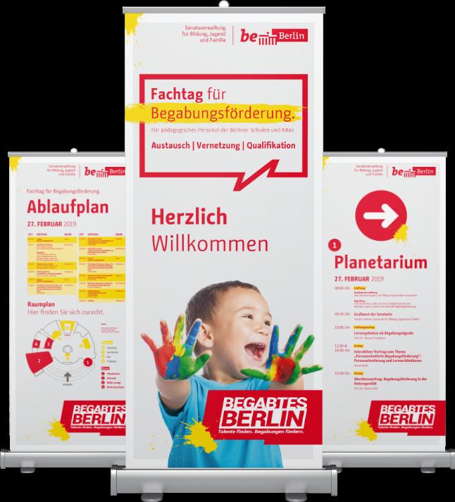 Werbeständer für Begabtes Berlin: abgebildet sind ein lachendes Kind, ein Ablaufplan und eine Wegbeschreibung zum Planetarium. Zusätzlich werden unterschiedliche Informationen abgebildet, sowie das Logo für Begabtes Berlin und die Stadt Berlin.